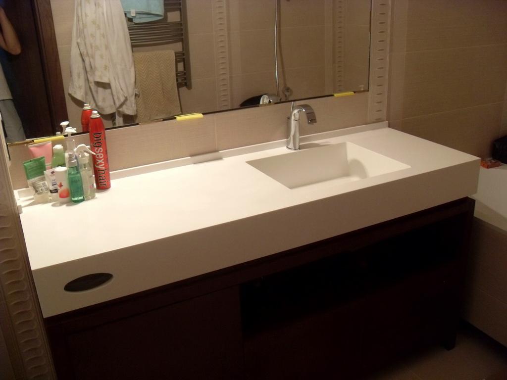 На чем стоит столешница из жидкого камня в ванную столешница из искусственного камня нижний новгород